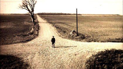Man op een kruispunt